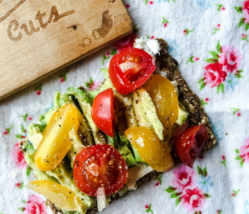 toast with avocado and tomatoes